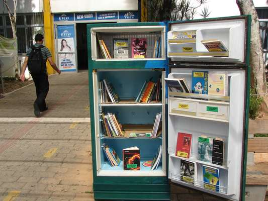 Com o objetivo de incentivar a leitura, três geladeiras sem uso se transformaram em bibliotecas na Universidade Regional de Blumenau (Furb), em Santa Catarina