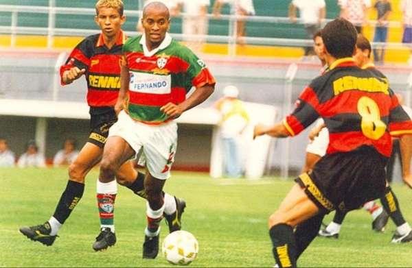 Foi revelado pela Portuguesa e, em 1996, se sagrou vice-campeão brasileiro