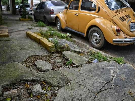 Na rua Arizona, buracos e obstáculos prejudicam a circulação de pedestres em uma calçada