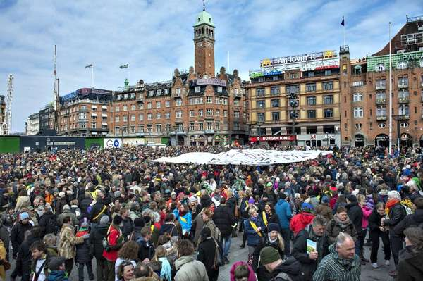 10 de abril - Professores foram às ruas da Dinamarca expressar preocupação com um possível declínio na qualidade do ensino depois que escolas foram fechadas no país. Os profissionais foram impedidos de dar aulas enquanto não houver acordo com os responsáveis pelas instituições
