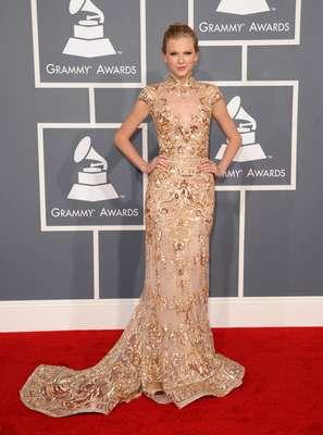 A cantora americana Taylor Swift escolheu vestido de estilo barroco dourado para o Grammy