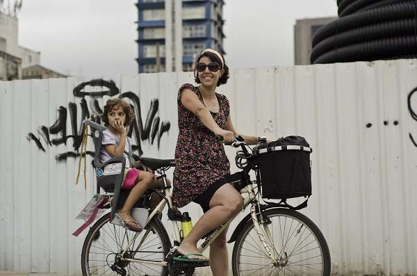 Silvia Ballan e a filha Marina em seu principal meio de transporte, a bicicleta