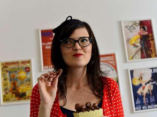 A blogueira Isabella Maiolino, do blog My Kind of Town, sugere pipoca coberta de chocolate derretido, inspirada na Chocopop da Chocolat Du Jour, que vende a lata de 330 g a R$ 94. A versão caseira saiu por R$ 15,79. Anote os ingredientes