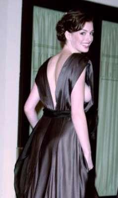 Anne Hathaway é adepta de looks sem sutiã