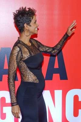 A sus 46 años, Halle Berry, con tres meses de embarazo, presumió su barriguita de radiante mamá, durante un acto oficial que tuvo lugar en Río de Janeiro el 12 de Abril de 2013.