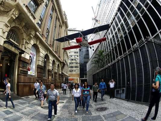 Abrindo oficialmente no dia 20 de abril, a exposição 'Da Vincis do Povo', do artista Cai Guo-Qiang, apresenta as invenções de camponeses da China, como 14 instalações e outras engenhocas suspensas nas ruas do centro de São Paulo