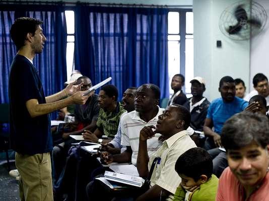 Trinta e seis refugiados que vivem em São Paulo participaram, neste sábado, de sua primeira aula de português, idioma que precisam aprender para recomeçar a vida no País