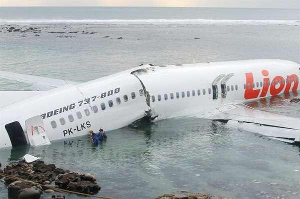 Un avión de Lion Air se pasó el sábado de la pista en la isla indonesia de Bali y cayó al mar, lo que provocó heridas a más de 20 personas, informaron las autoridades