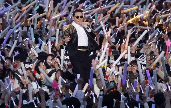 O rapper sul-coreano Psy lançou o vídeo e a dança da sua música 'Gentleman' durante um show lotado neste sábado (13), em Seul