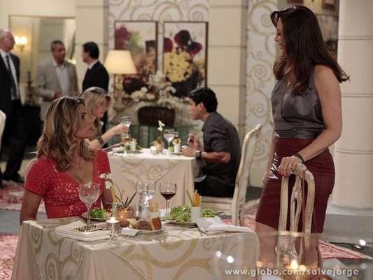 """Lívia provoca Érica ao encontrá-la em restaurante. """"Como vai nosso Théo?"""", pergunta a vilã. """"Some! Some da minha vida! Some da minha frente! Eu não te conheço, sua vadia!"""", retruca a veterinária, irritada"""