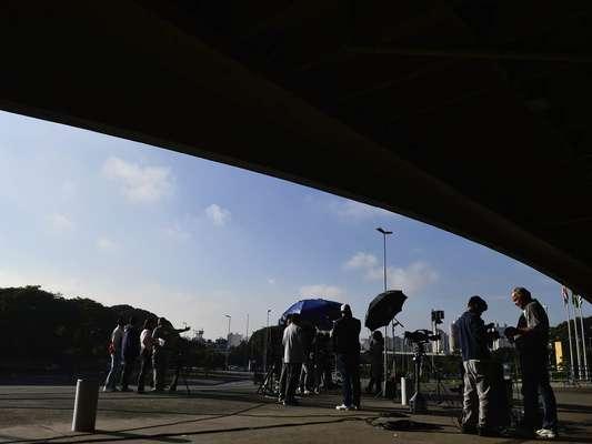 15 de abril - Movimento do lado de fora do Fórum da Barra Funda, na zona oeste de São Paulo, começou cedo nesta segunda-feira