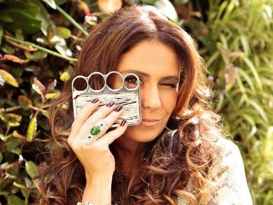 Capa de celular em forma de soco de inglês da personagem Helô é um dos itens mais pedidos da TV Globo. O produto foi comprado pela atriz e é importado