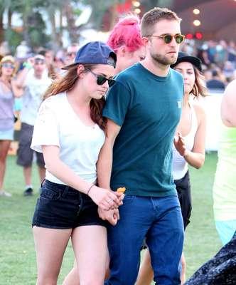 Una de las imágenes más inesperadas del Festival ha sido la de Kristen Stewart y Robert Pattinson paseándose de la mano por el descampado de Indio, en California, donde se ha celebrado este fin de semana este festival anual donde no suele faltar nadie que tenga algo que decir en el star system.