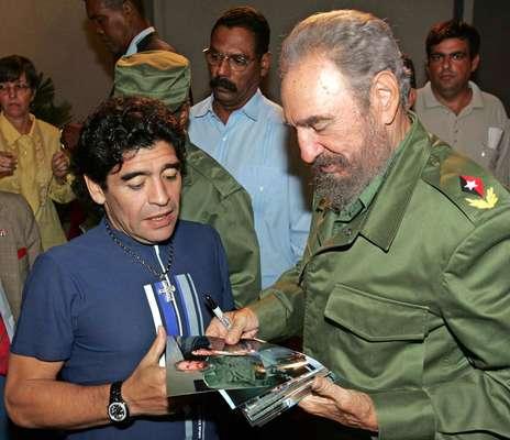 La leyenda argentina Diego Maradona ha estado involucrada en varias controversias a lo largo y después de su carrera como futbolista. Ha desarrollado relaciones estrechas con varias figuras públicas polémicas. La que más destaca es su larga amistad con el líder cubano Fidel Castro.
