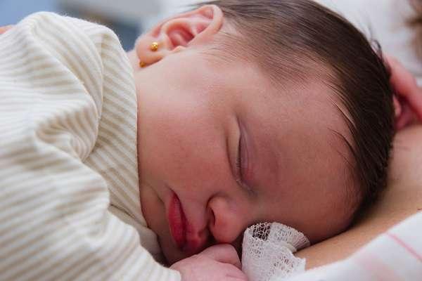 Orelha do bebê pode ser furada logo após o nascimento