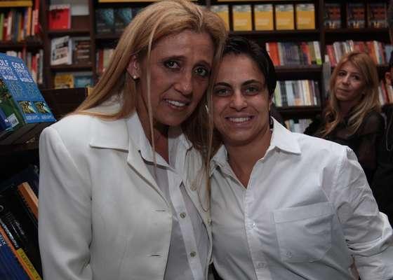 Vários famosos prestigiaram o lançamento paulista do primeiro livro de Walcyr Carrasco, 'Juntos para Sempre', nesta quarta-feira (17), na Saraiva Mega Store, em São Paulo. Entre eles, a ex-dançarina Rita Cadillac e a atriz Thammy Miranda, de 'Salve Jorge'