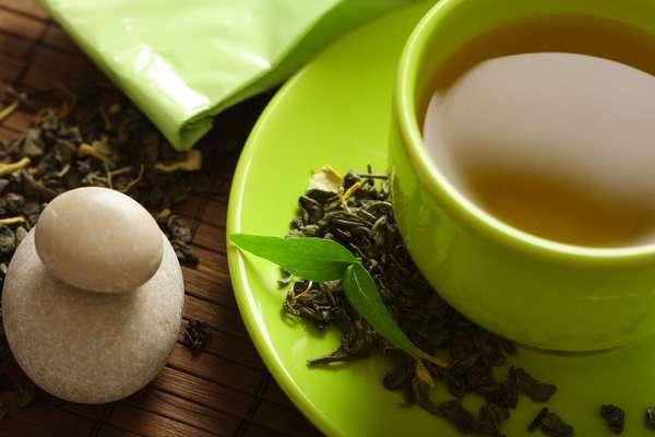 Beba chá verdeO chá verde pode ajudar a perder peso e aliviar o estresse, mas também tem sido associado à prevenção da gripe. Em um estudo, crianças japonesas que bebiam a iguaria seis vezes por semana tinham menos probabilidade de pegar uma infecção que os que não a saboreavam