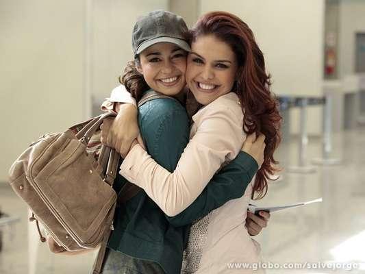 Nanda Costa e Paloma Bernardi gravaram cenas de 'Salve Jorge' em um aeroporto do Rio de Janeiro, nesta quinta (18). As duas aproveitaram para conversar nos intervalos e trocaram abraços