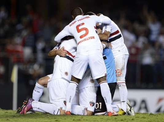 Jogadores do São Paulo festejam gol de Rogério Ceni, que abriu o placar da emocionante vitória sobre o Atlético-MG que resultou na classificação às oitavas de final da Copa Libertadores