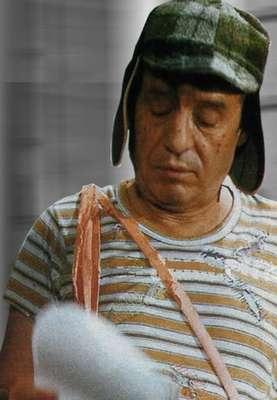 """""""Foto para la colección El Chavo repasando su libreto"""", publicó Roberto Gómez Bolaños en su cuenta oficial de Twitter junto a un enlace que muestra imágenes inéditas de 'El Chavo del 8', 'El doctor Chapatín', 'El Chapulín Colorado', entre otras."""