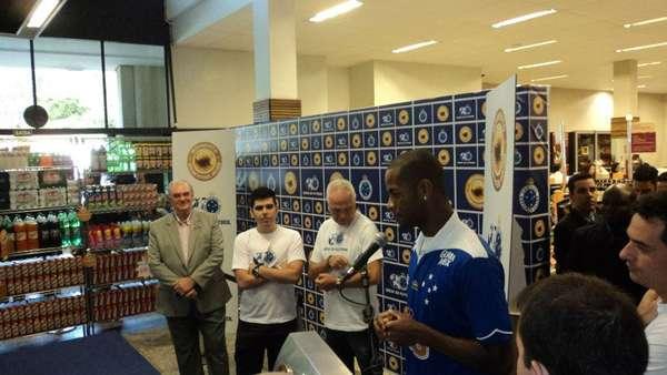 Cruzeiro surpreende imprensa e apresenta zagueiro Dedé nesta sexta-feira em supermercado de Belo Horizonte