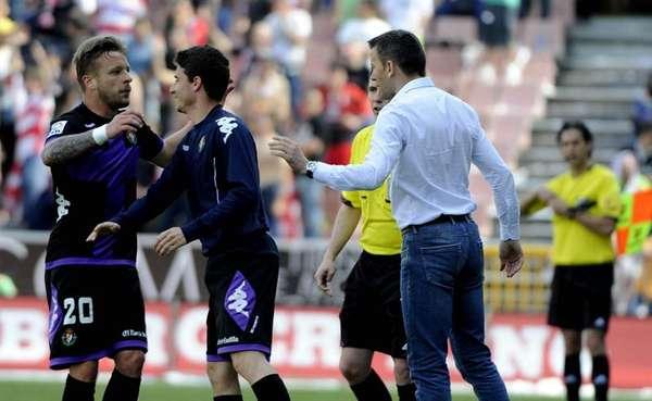 El centrocampista alemán del Valladolid Patrick Ebert (i) celebra con su compañero, y su entrenador, el serbio Miroslav Djukic (d), el gol que ha marcado ante el Valladolid, el primero del equipo, durante el partido correspondiente a la trigésimo segunda jornada de liga que disputan en el Estadio de los Cármenes, en Granada