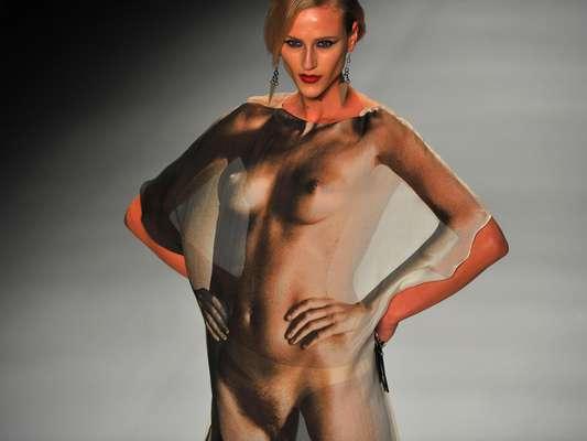 Alicia Kuczman desfila look que reproduz um corpo nu de mulher no desfile da Triya