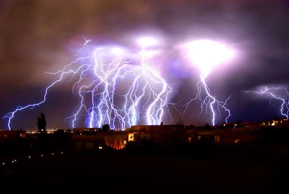 En el día de la tierra, hemos seleccionado algunas de las imágenes más impresionantes de nuestro planeta. El guía turístico Roch Hart registró una tormenta eléctrica en la ciudad de Albuquerque, en el estado norteamericano de Nuevo México. La fotografía es el resultado de la exposición de 11 minutos.