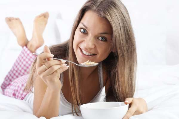 Beliscar antes de ir para a camaNão se trata de uma piada. Comer alguma coisa pode de fato acelerar seu metabolismo. Níveis baixos de açúcar no sangue não colaboram para o crescimento muscular, que fazem o metabolismo ser acelerado. Investir em um lanche de 100 a 200 calorias antes de ir para a cama pode ajudar a enxugar alguns quilos