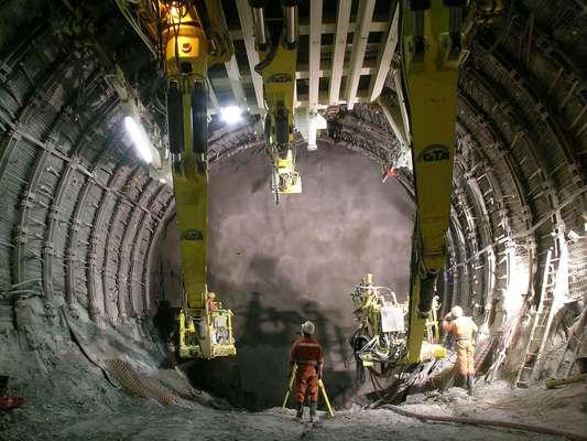 Base Túnel de San Gotardo, SuizaEl túnel de base San Gotardo es un túnel ferroviario que se encuentra bajo los Alpes en Suiza. Con una longitud de 57 km, será el túnel ferroviario más largo del mundo. Su fecha de finalización estaba programada para el año 2015, pero problemas surgidos durante la construcción han pospuesto la fecha hasta 2017.