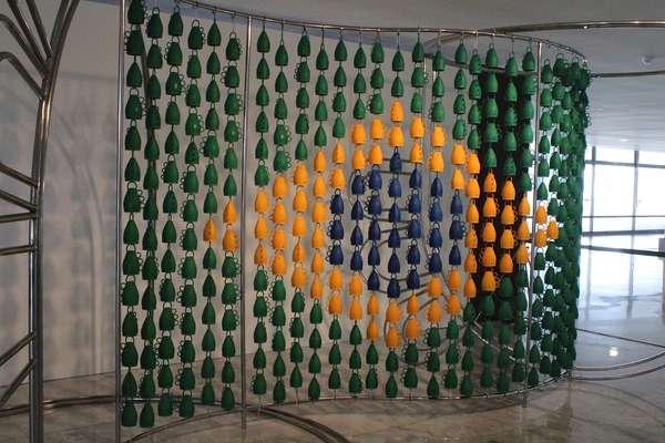 Carlinhos Brown inaugurou nesta terça-feira (23) a exposição O Olhar que Ouve no Palácio do Planalto, com a presença da presidente Dilma Rousseff
