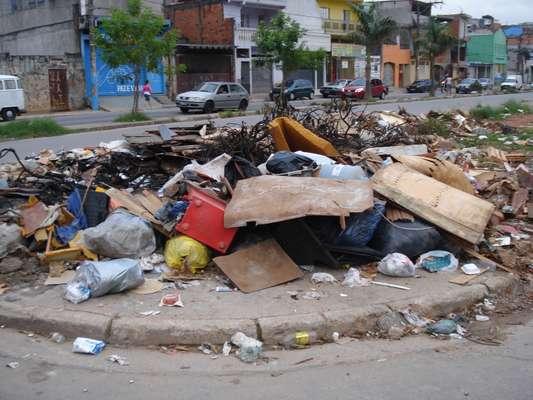 Avenida do córrego Cadaval acumula lixo e atrapalha pedestres em Carapicuíba, na região metropolitana de São Paulo