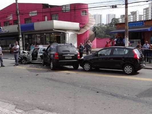 Perseguição policial a um carro roubado terminou em tiroteio na zona sul de São Paulo na manhã desta terça-feira