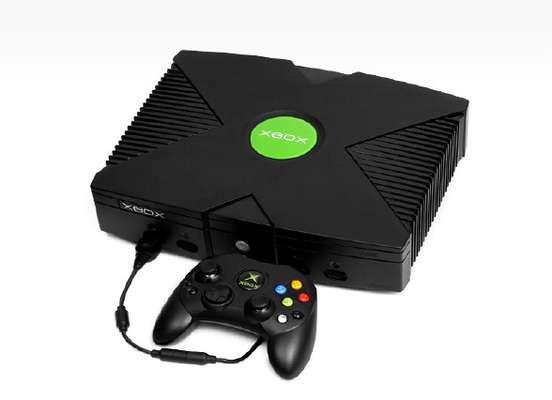 2001 - A primeira geração do Xbox foi lançada nos EUA em novembro de 2001, trazendo ao mercado um concorrente à altura do Playstation 2, que chegou às lojas no ano anterior. A estreia da Microsoft no mercado de consoles rendeu a venda de mais de um milhão de aparelhos em suas três semanas iniciais de vendas