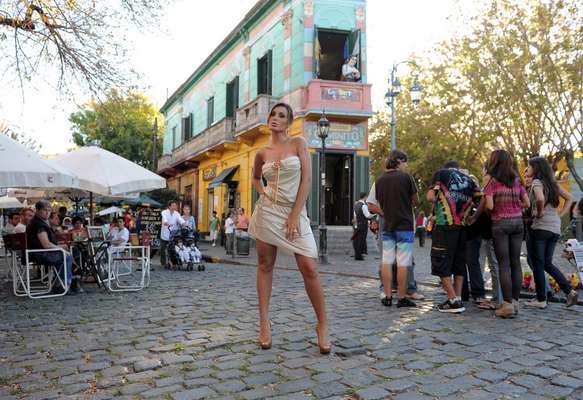 Andressa Urach posou para fotos na famosa rua de Caminito, em Buenos Aires, na Argentina