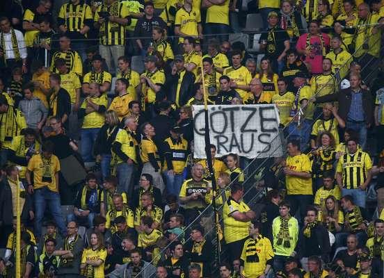 """Mesmo em partida importante na temporada, a torcida do Borussia Dortmund não perdoou Mario Gotze, que confirmou que vai trocar o time pelo arquirrival Bayern de Munique na próxima temporada. Faixas com a mensagem """"Fora Gotze"""" apareceram nas arquibancadas durante jogo contra o Real Madrid; veja"""