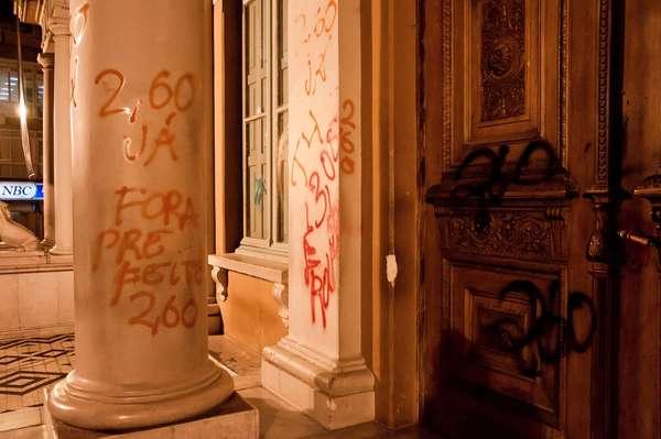 Manifestantes fizeram pichações na fachada da prefeitura de Porto Alegre