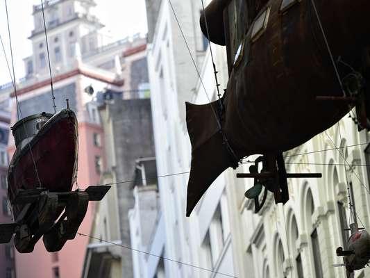 Quem passa pelas ruas da Sé, no centro de São Paulo, se depara com aviões, helicópteros, submarinos e outros objetos surrealistas suspensos do chinês Cai Guo-Qiang, entre o Centro Cultural Banco do Brasil e o Prédio Histórico dos Correios. A exposição se chama 'Da Vincis do Povo' e traz 14 instalações de grande porte, que incluem desenhos feitos de pólvora e invenções ambiciosas criadas por camponeses do país asiático