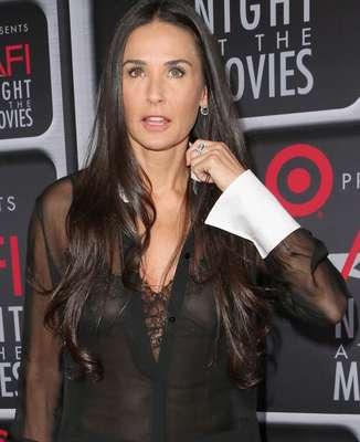 Demi Moore foi à premiação do AFI Life Achievement, em Los Angeles, nos Estados Unidos, e acabou mostrando demais