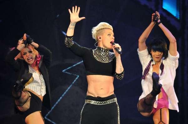 Pink, a la vez que hizo sudar a más de un caballero con sus impresionantes abdominales, mostró al mundo que ella es la estrella pop más ágil que hay ahora y que no tiene miedo a las alturas, durante un concierto en la O2 Arena de Londres ayer por la noche (24 de abril).