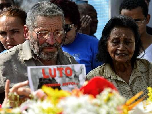 O pai de Cinthya, Viriato Gomes de Souza, e a mãe, Risoleide Moutinho de Souza, acompanham o enterro