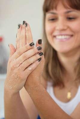 Por meio de duas misturas feitas em casa é possível deixar as mãos macias e sedosas durante todo o outono
