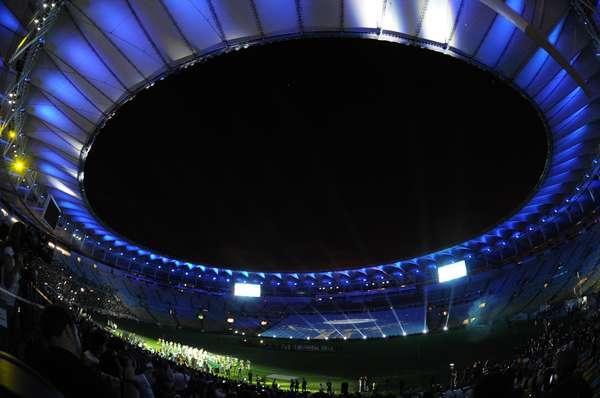 El nuevo estadio Maracaná de Río de Janeiro, que acogerá las finales de la Copa Confederaciones y del Mundial'2014, abrió sus puertas para un partido amistoso al que asistió la jefa de Estado brasileña, Dilma Rousseff.