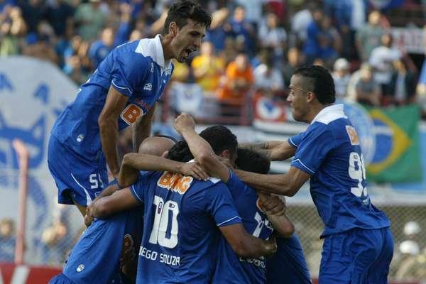 O Cruzeiro não teve problemas para abrir uma vantagem bastante confortável sobre o Villa Nova na semifinal do Campeonato Mineiro e ficar próximo da final estadual
