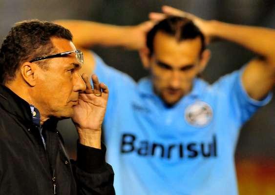O Grêmio empatou seu quinto jogo seguido, mas saiu de Caxias lamentando a derrota nos pênaltis para o Juventude, por 5 a 4. O resultado acaba com as chances do tricolor ser campeão gaúcho