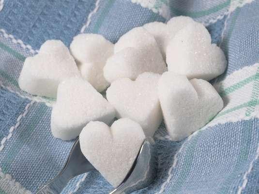 AçúcarO excesso do alimento no sangue ataca o colágeno, fazendo a pele parecer sem vida. Isso acelera o aparecimento de rugas e faz o rosto parecer envelhecido