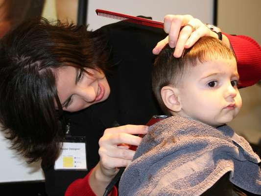 O profissional que vai cortar o cabelo deve ser paciente e ajudar a acalmar a criança caso ela sinta medo