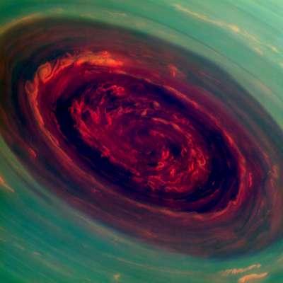 Furacão registrado em Saturno é 20 vezes maior e mais poderoso que fenômeno similar na Terra. Novas imagens divulgadas por uma nave espacial da Nasa (agência espacial americana) na órbita de Saturno revelam detalhes de um enorme furacão atingindo o polo norte do planeta. As fotografias foram reveladas na segunda-feira