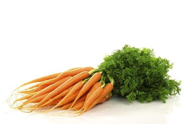 Cenoura: assim como o espinafre e a couve, a cenoura é rica em carotenoides, uma substância antioxidante que previne contra o câncer retal