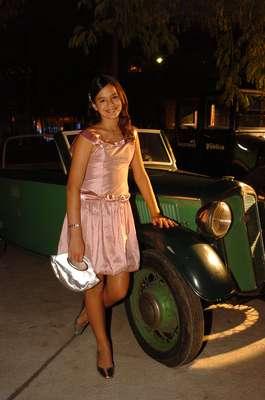 """Em 2007, no lançamento da novela Desejo Proibido, Bruna usou um look delicado. """"Ainda muito novinha, com o vestido típico 'escolhido pela mãe'. Bruna começou sua carreira muito cedo e aos 8 já havia ganhado prêmios e fazia sucesso. Desde sempre esteve rodeada pelo mundo da mídia e televisão, mas nessa época ainda não se importava com moda, coloração pessoal, ela era apenas uma garotinha em algumas festas, se vestindo como tal"""", explica a consultora de moda Fernanda Ades"""